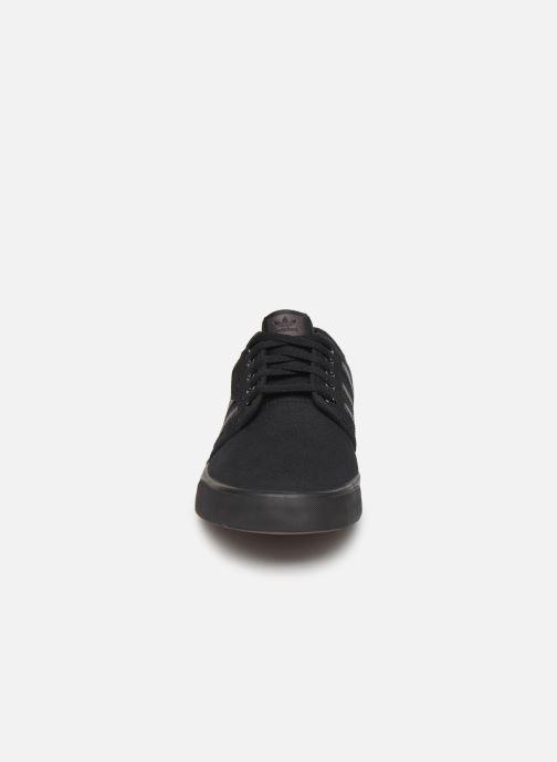 Sneakers adidas originals Seeley Nero modello indossato