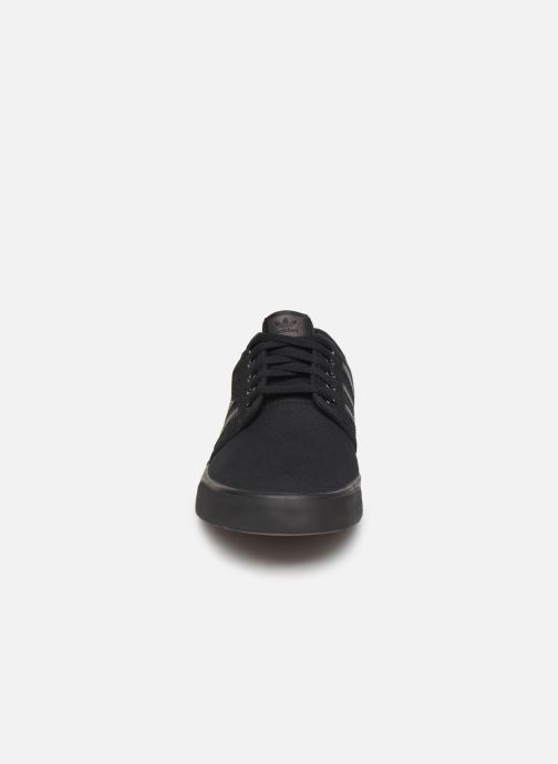 Sneakers adidas originals Seeley Nero modello indossato