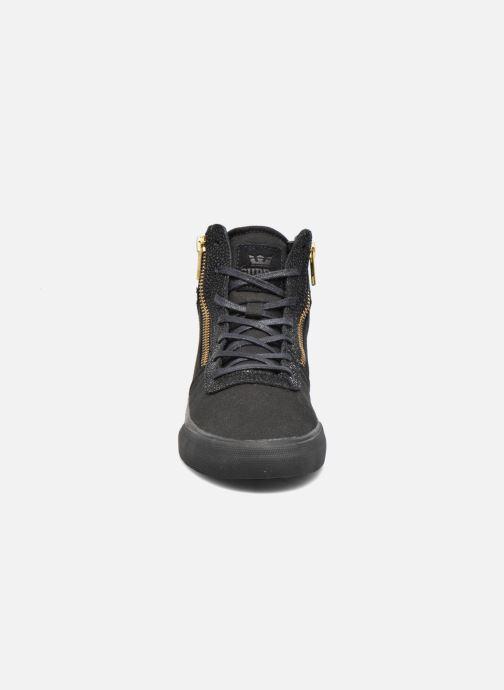 Sneakers Supra Cuttler W Nero modello indossato