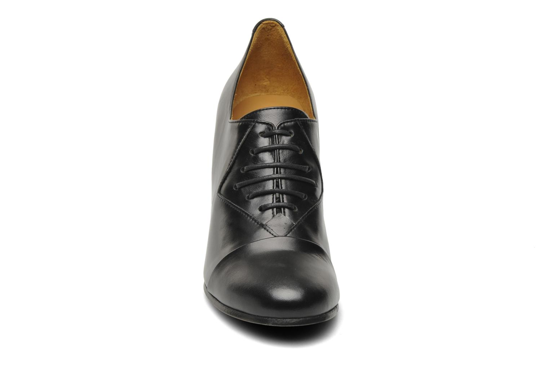 Scarpe con lacci Royal Republiq Neriya oxford shoe Nero modello indossato
