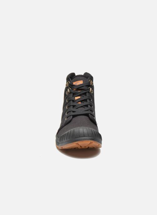 Sneakers Aigle Tenere Light Nero modello indossato