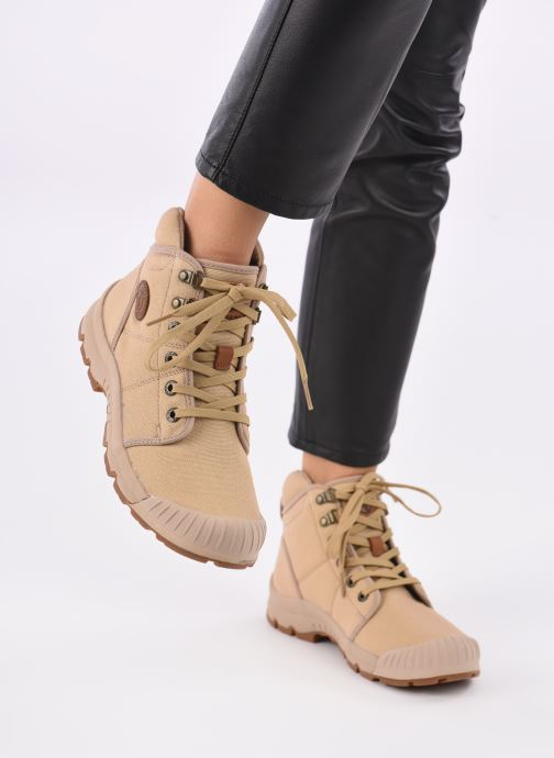Sneaker Aigle Tenere Light W beige ansicht von unten / tasche getragen