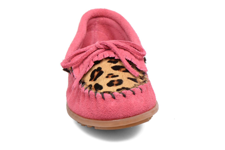 Mocassini Minnetonka Leopard Kilty Moc G Rosa modello indossato