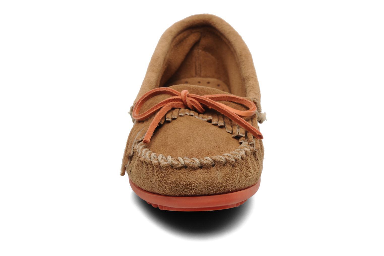 Loafers Minnetonka Kilty Suede Moc/Col Sole Beige se skoene på