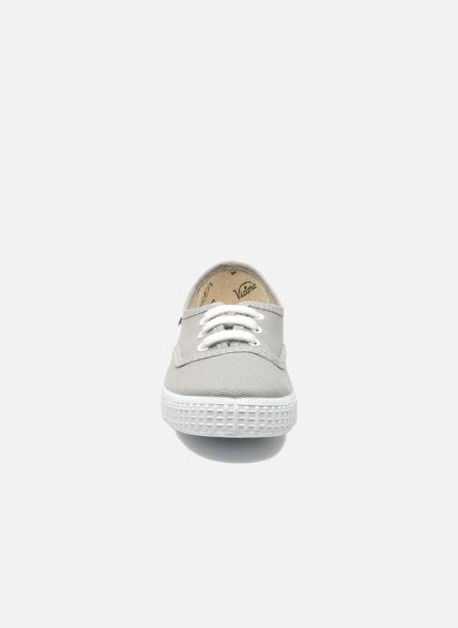 Sneakers Victoria Inglesa Lona Grigio modello indossato