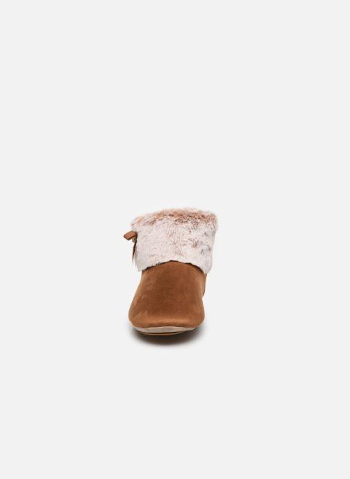 Chaussons Isotoner Botillon Suédine et Fourrure Marron vue portées chaussures
