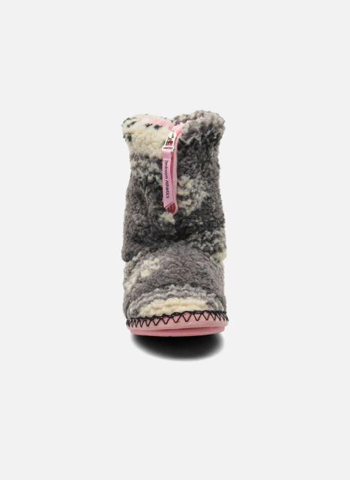 Pantofole BEDROOM ATHLETICS Jessica Grigio modello indossato
