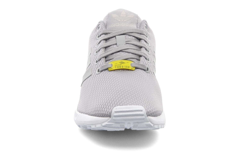 Baskets Adidas Originals Zx Flux Gris vue portées chaussures