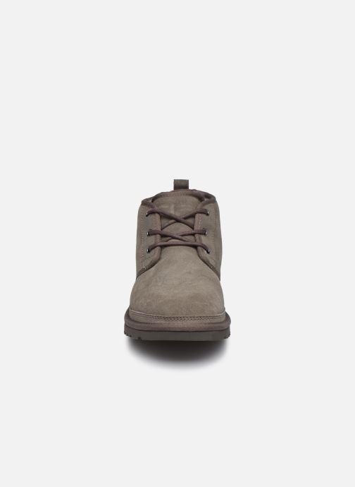Zapatos con cordones UGG Neumel Gris vista del modelo