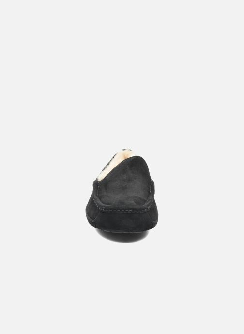 Hausschuhe UGG Ascot schwarz schuhe getragen
