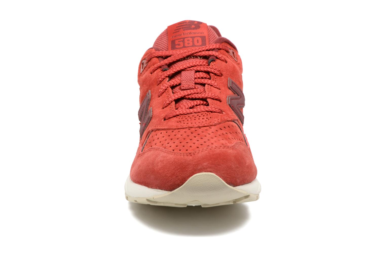 Baskets New Balance WRT580 Rouge vue portées chaussures