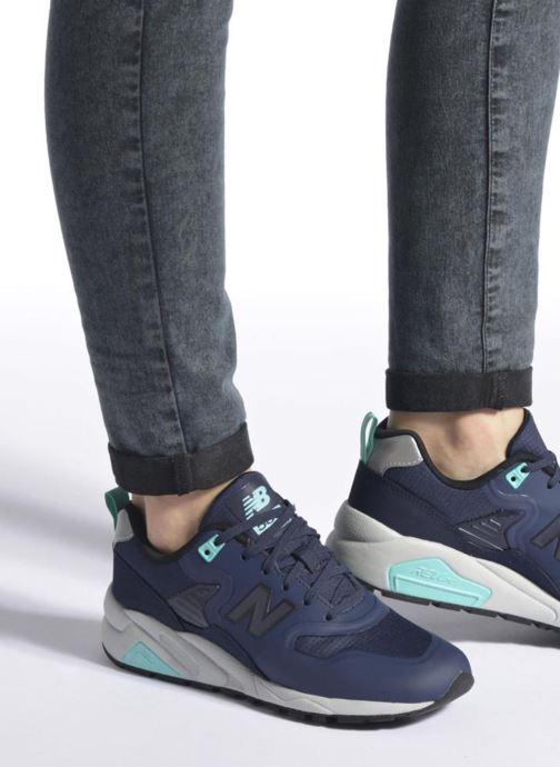 Sneaker New Balance MRT580 grau ansicht von unten / tasche getragen