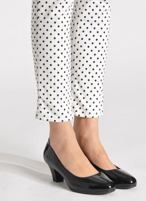 Pumps Jana shoes Anis schwarz ansicht von unten / tasche getragen