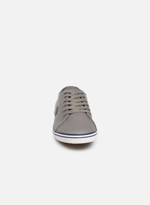 Baskets Fred Perry Kingston Twill Gris vue portées chaussures