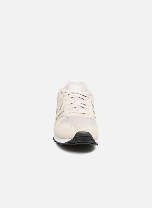 Baskets New Balance WL373 Beige vue portées chaussures