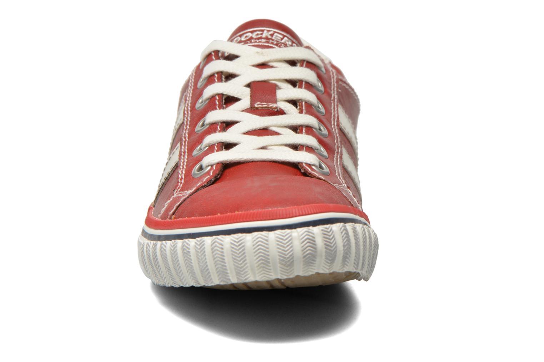 Baskets Dockers Suit Rouge vue portées chaussures