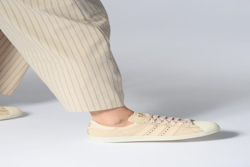 Baskets adidas originals Superstar 80S W Beige vue bas / vue portée sac