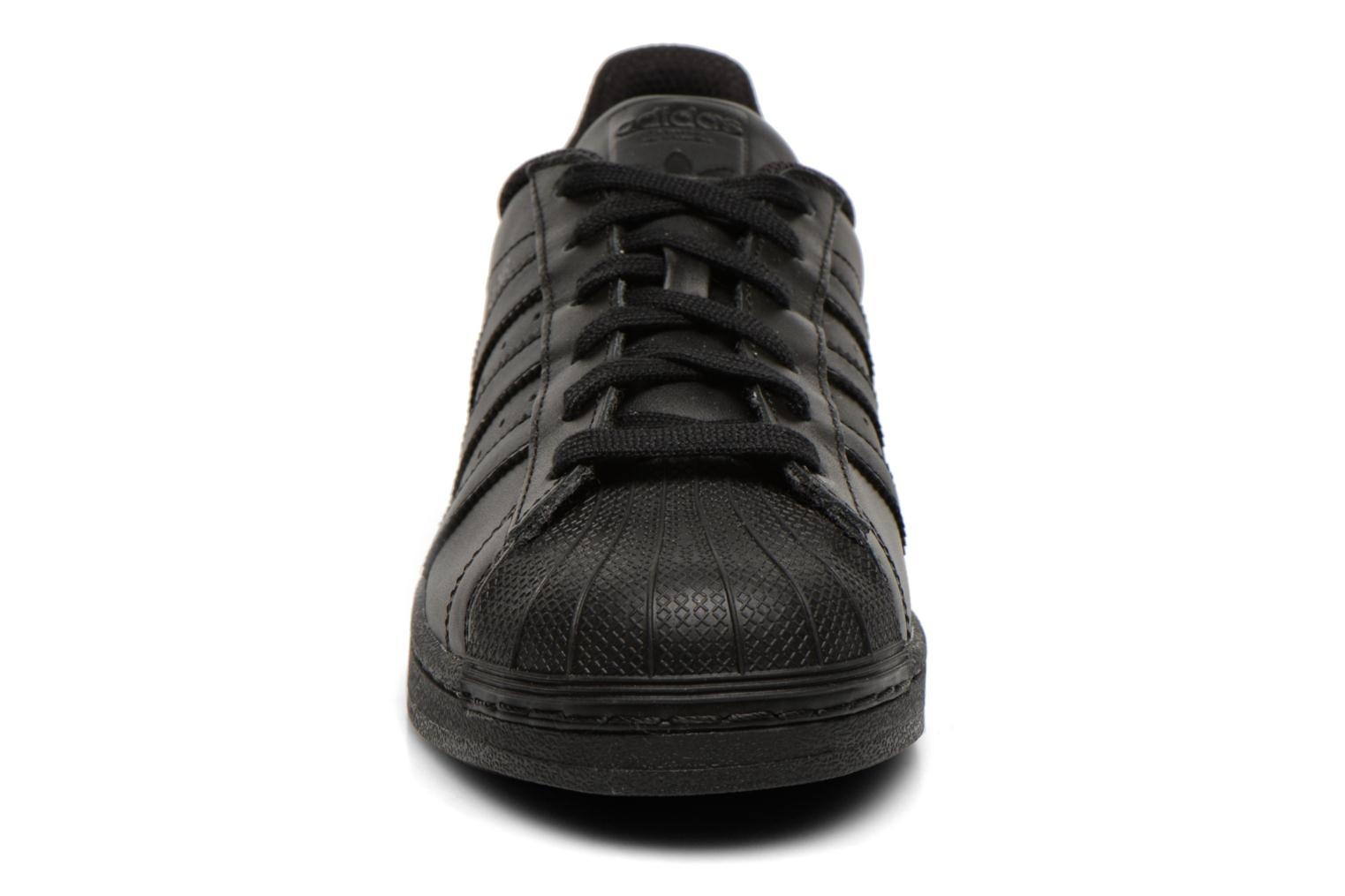 Sneakers Adidas Originals Superstar Foundation Nero modello indossato