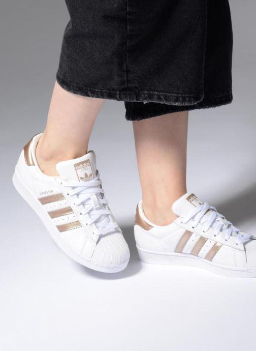 Sneaker adidas originals Superstar W weiß ansicht von unten / tasche getragen
