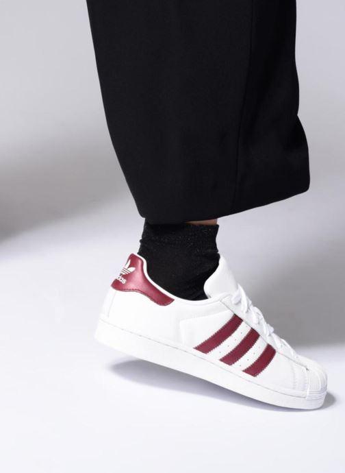 Sneaker adidas originals Superstar W weinrot ansicht von unten / tasche getragen