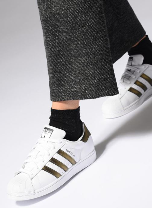 Baskets adidas originals Superstar W Blanc vue bas / vue portée sac