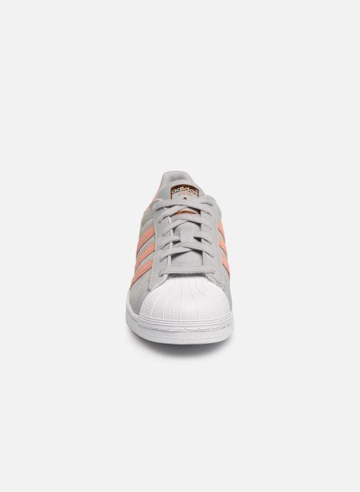 Baskets adidas originals Superstar W Gris vue portées chaussures