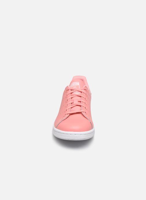 Sneakers adidas originals STAN SMITH J Rosa modello indossato