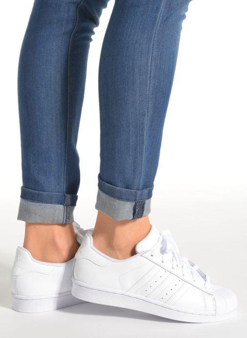 Sneaker adidas originals Superstar Foundation J weiß ansicht von unten / tasche getragen