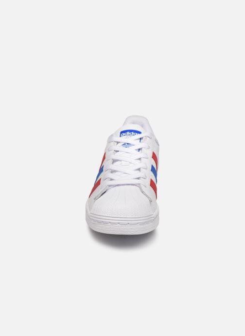 Sneakers adidas originals SUPERSTAR J Bianco modello indossato