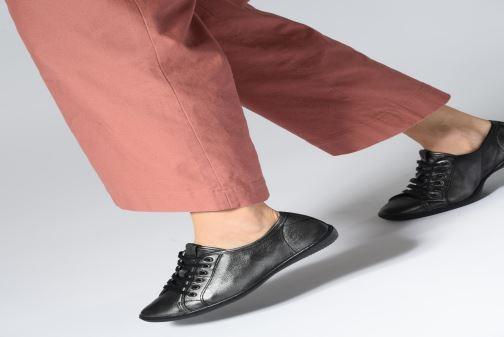 Sneaker TBS Cerise schwarz ansicht von unten / tasche getragen