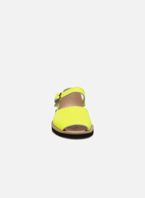 Sandales et nu-pieds Minorquines Frailera Jaune vue portées chaussures