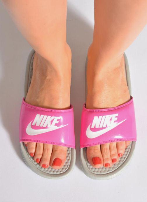 Clogs & Pantoletten Nike Wmns Benassi Jdi weiß ansicht von unten / tasche getragen