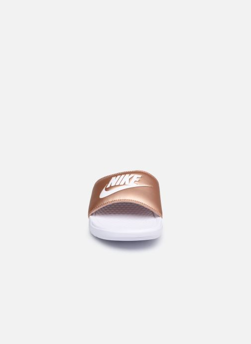 Zuecos Nike Wmns Benassi Jdi Plateado vista del modelo