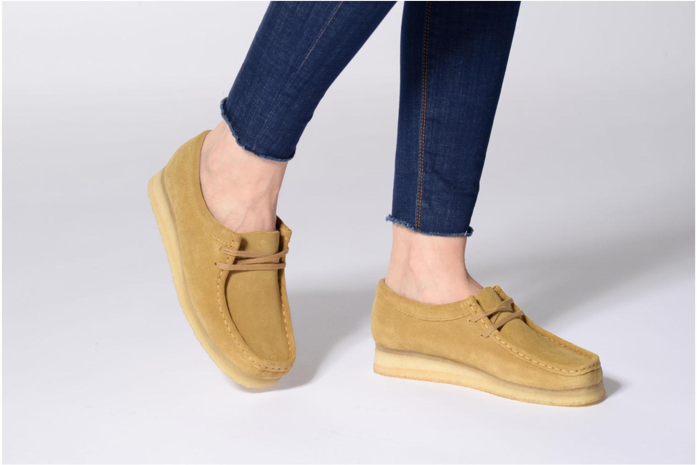 Chaussures à lacets Clarks Originals Wallabee W Beige vue bas / vue portée sac