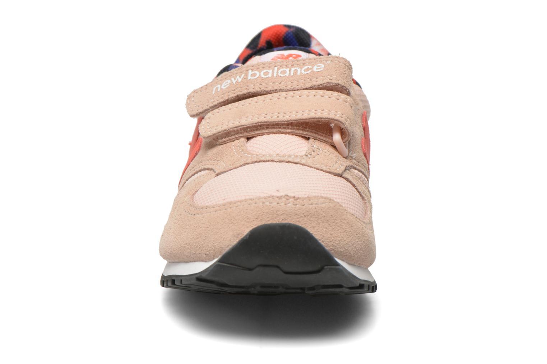 Baskets New Balance KE420 J Beige vue portées chaussures