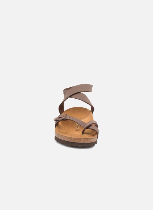 Sandales et nu-pieds Birkenstock Yara Flor W Marron vue portées chaussures