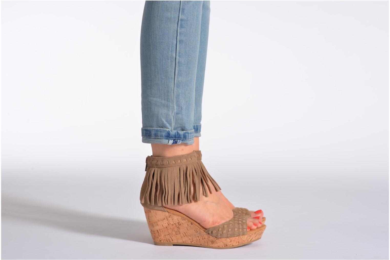 Sandales et nu-pieds Minnetonka Isabel Noir vue bas / vue portée sac