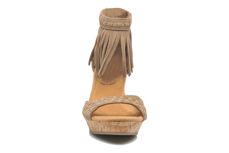 Sandales et nu-pieds Minnetonka Isabel Beige vue portées chaussures
