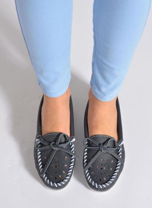 Slipper Minnetonka Cut out leather moc blau ansicht von unten / tasche getragen
