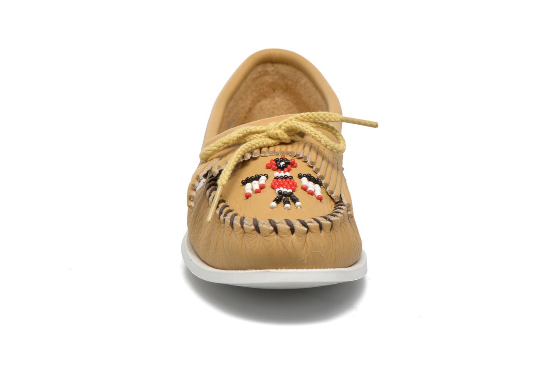 Mocassins Minnetonka Original Thunderbird Beige vue portées chaussures