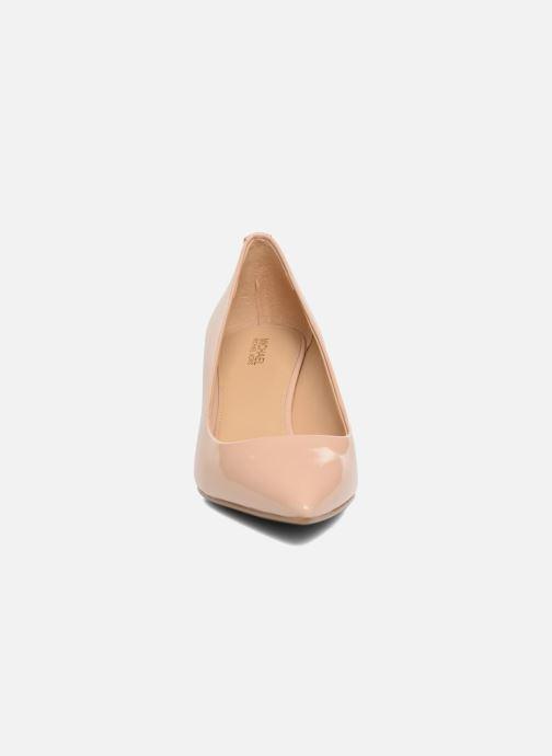 Zapatos de tacón Michael Michael Kors Mk Flex Kitten Pump Beige vista del modelo