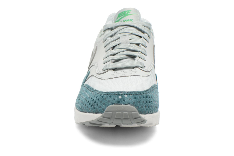 Baskets Nike W Air Max 1 Ultra Essentials Gris vue portées chaussures