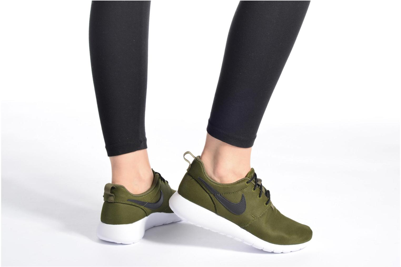 Baskets Nike NIKE ROSHE ONE (GS) Vert vue bas / vue portée sac