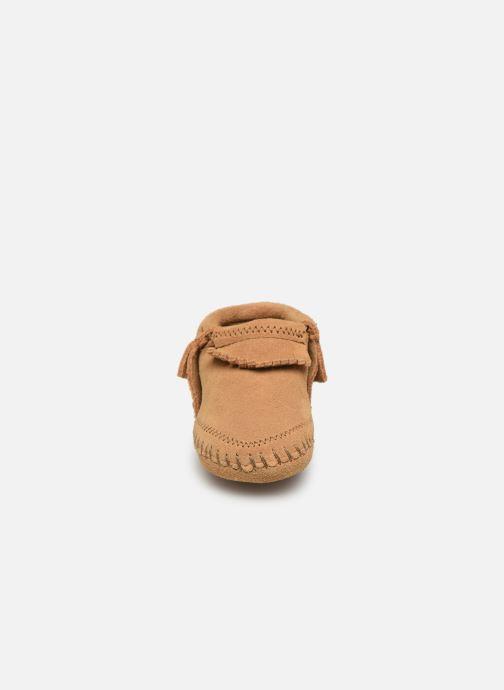 Pantofole Minnetonka Riley Bootie Giallo modello indossato