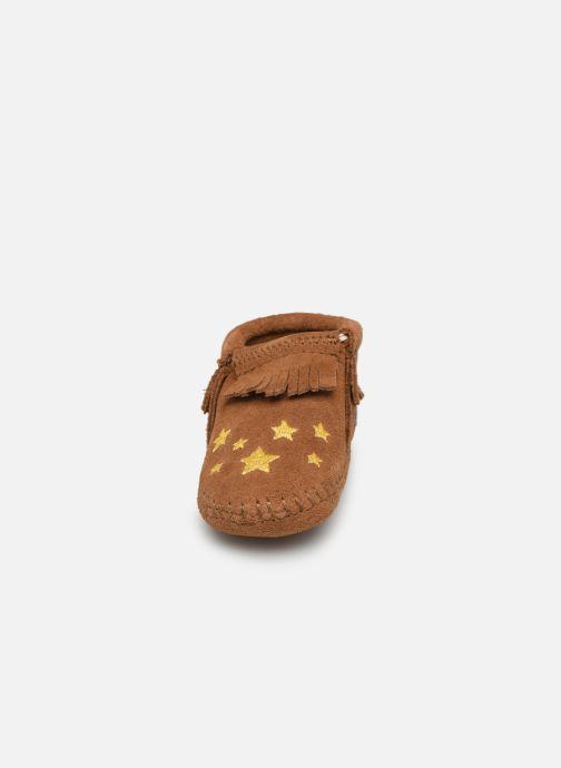Pantofole Minnetonka Riley Bootie Marrone modello indossato