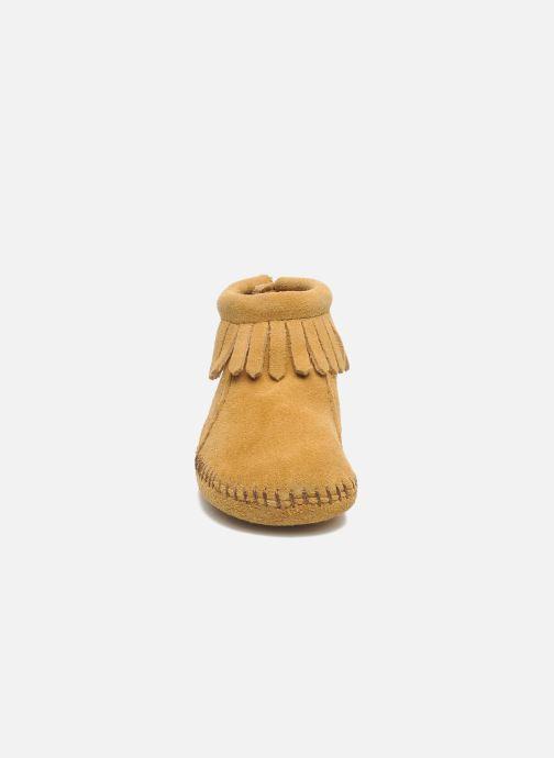 Hausschuhe Minnetonka Back Flap Bootie beige schuhe getragen