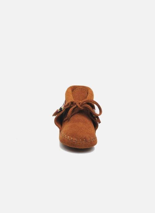 Pantofole Minnetonka Braid Bootie Marrone modello indossato