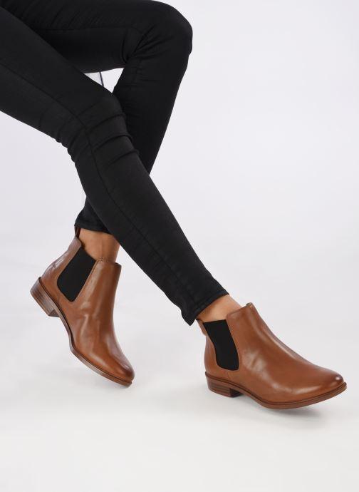 Bottines et boots Clarks Taylor Shine Marron vue bas / vue portée sac