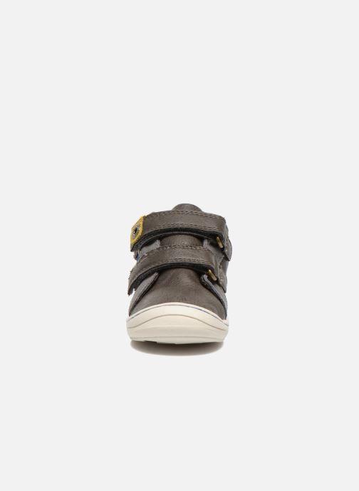 Sneakers Kickers Zyva Wpf Grigio modello indossato