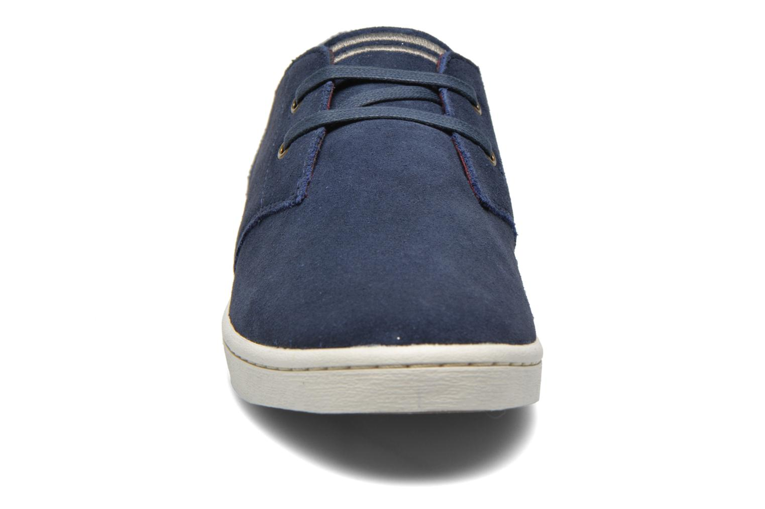 Baskets Fred Perry Byron Low Suede Bleu vue portées chaussures